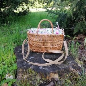 Koszyk,kuferek z wikliny w kwiaty.