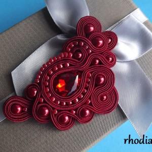 Wiśniowo czerwona broszka sutasz