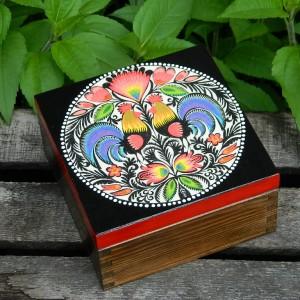 Szkatułka drewniana z motywem ludowym, Pudełko na biżuterię z drewna, Folkowe koguty, Wzór łowicki