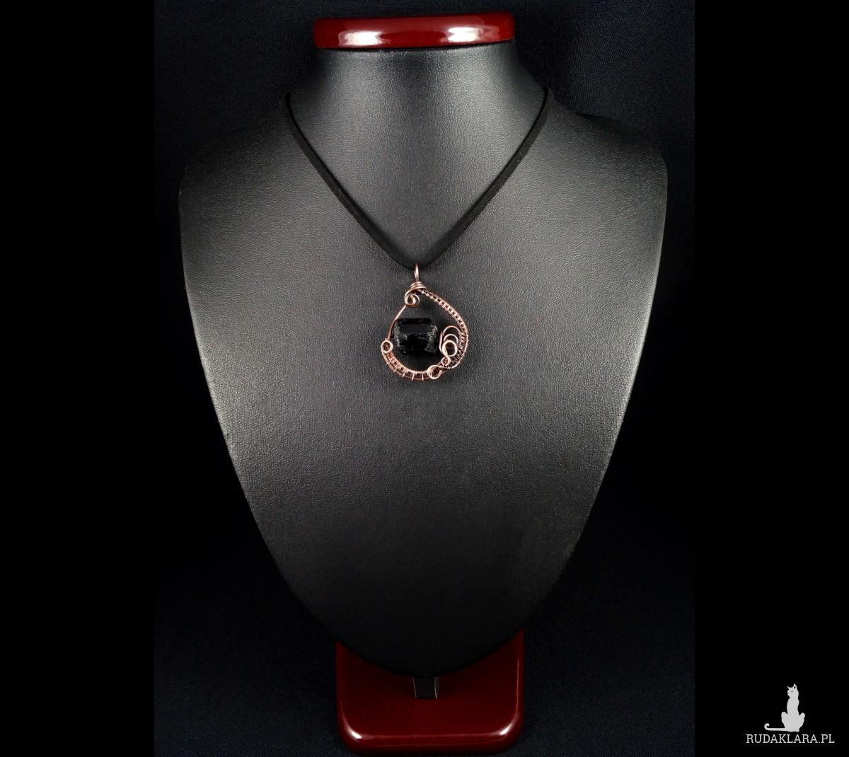 Turmalin, Miedziana zawieszka z surową bryłką turmalinu czarnego, ręcznie wykonana, prezent dla niego, prezent dla męża, prezent urodzinowy