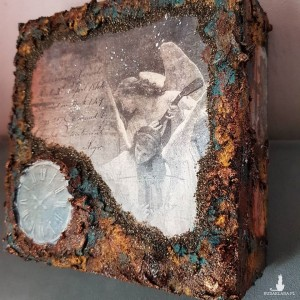 Rdzawo-miedziana szkatułka z aniołami