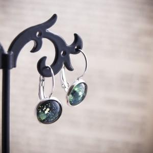 Krótkie zielone kolczyki z ręcznie malowanego szkła i stali