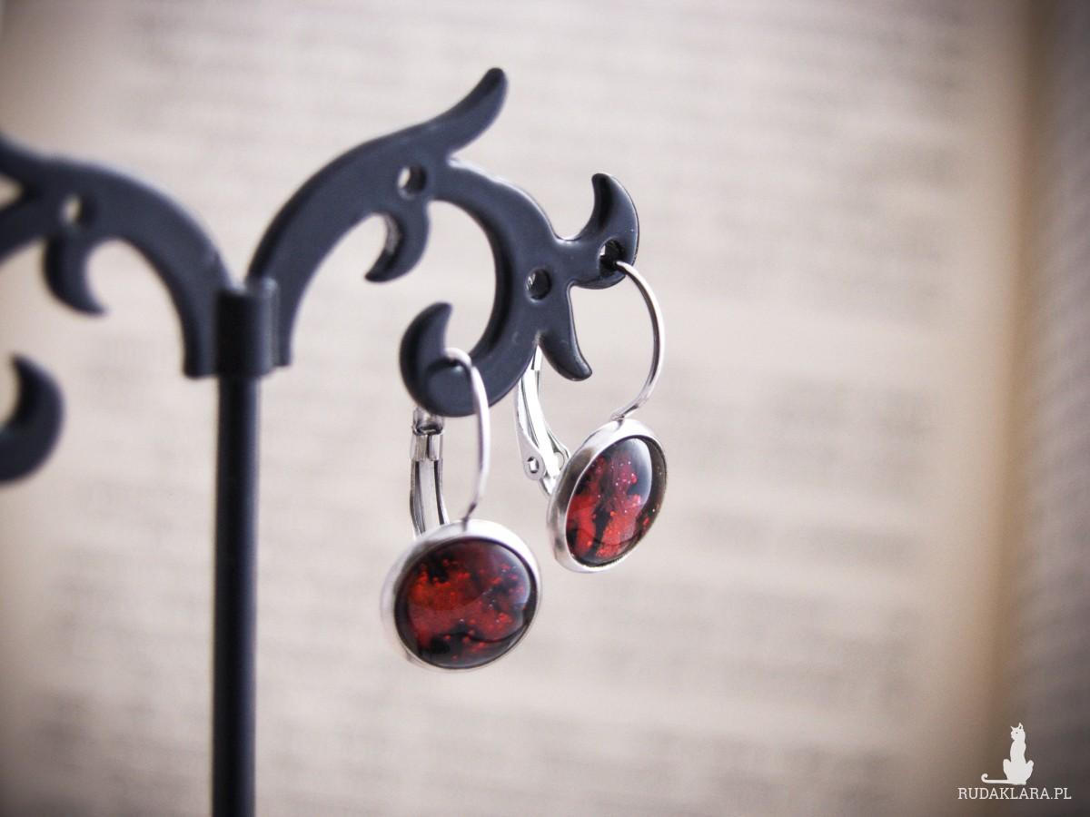 Krótkie czerwone kolczyki z ręcznie malowanego szkła i stali
