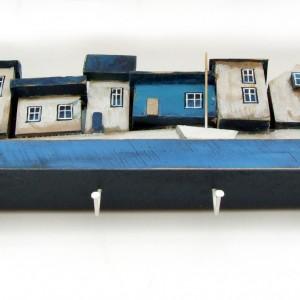 Drewniany wieszak z dekoracyjnymi domkami