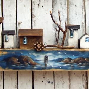 Duży, drewniany wieszak na ubrania, dekoracyjny, z domkami