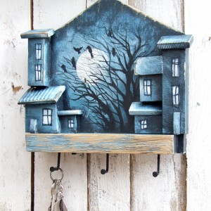 Drewniany wieszak na klucze, ręcznie malowany - NOC