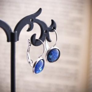 Krótkie niebieskie kolczyki z ręcznie malowanego szkła i stali, nocne niebo