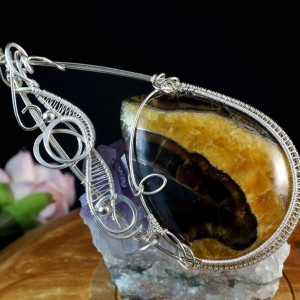 Symbircit.  srebrny wisior z kaboszonem symbircitu