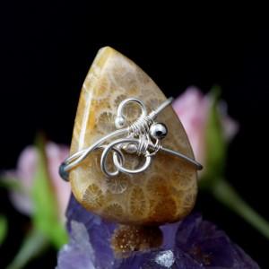 Koral, Srebrny pierścionek ze skamieliną koralu beżowy
