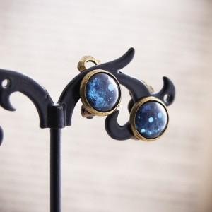 Małe niebieskie klipsy z ręcznie malowanego szkła, nocne niebo