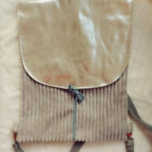 Sztruksowy plecak ze srebrną klapą