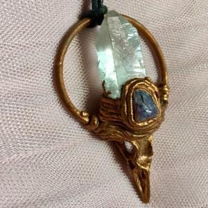 miedziany wisior z kryształem górskim, czaroitem i ptasią czaszką
