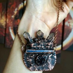 miedziany kociołek czarownicy z kryształami ~naszyjnik