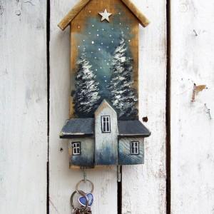 Drewniany wieszaczek na klucze z malowanym tłem