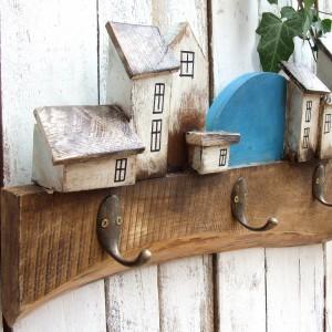 Drewniany wieszak na ubrania - Nadmorskie miasteczko