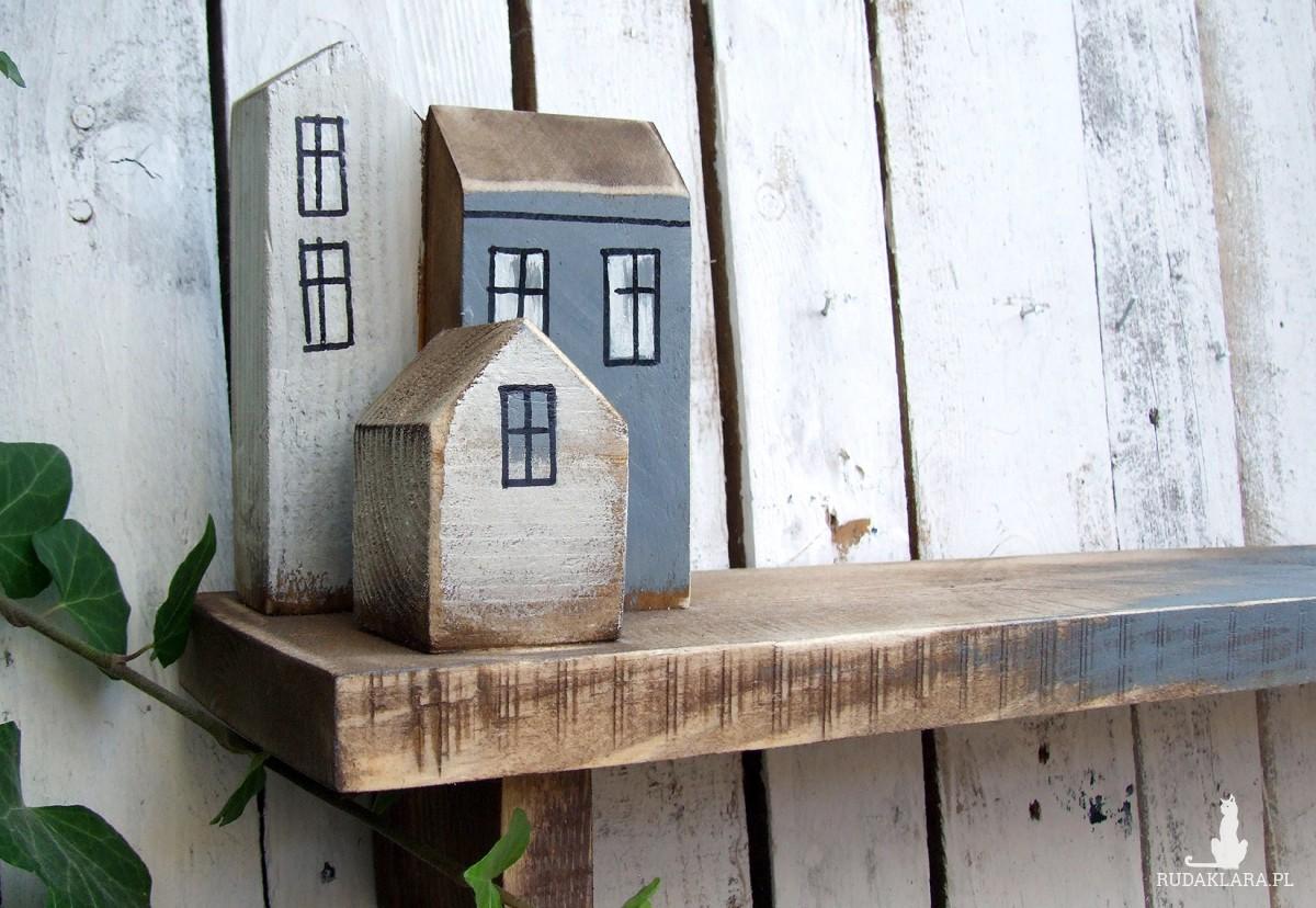 Półka drewniana z dekoracyjnymi domkami