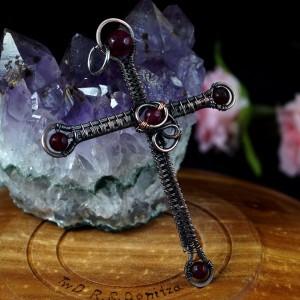 Krzyżyk z Agatem i granatem Miedziany wisior w kształcie krzyża, ręcznie wykonany, prezent dla niej, prezent dla niego, prezent urodzinowy
