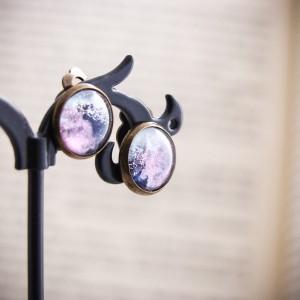 Małe różowe klipsy z ręcznie malowanego szkła, nocne niebo