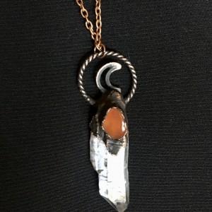 księżycowy wisior kryształ górski z karneolem