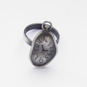 Lejący zegar - pierścionek srebrny