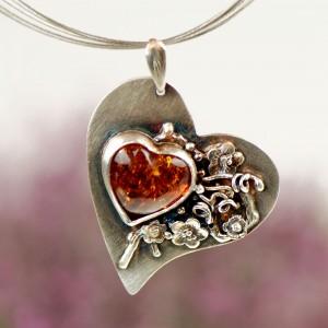 Bursztynowe serce w kwiatach A685