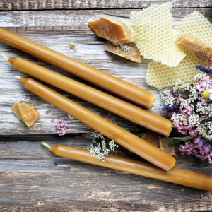 Zestaw długich świec stołowych z wosku pszczelego