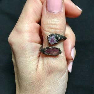 pierścionek z surowym rubinem
