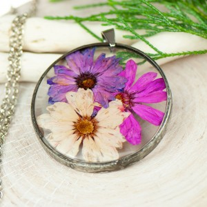 Naszyjnik z kwiatów w cynowej ramce z397