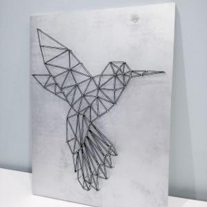 Geometryczny obraz string art koliber