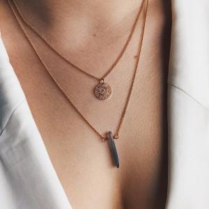 Minimalistyczny naszyjnik z kryształem i greckim symbolem słońca