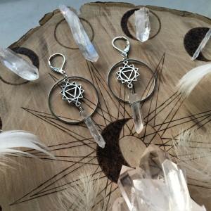 Kolczyki z kryształem górskim i symbolem żywiołu wody/splotu słonecznego