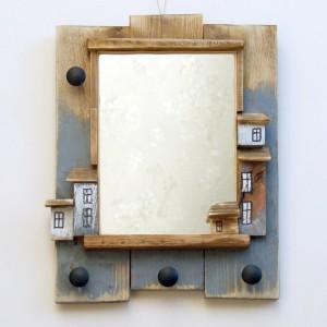 Małe lusterko w drewnianej oprawie