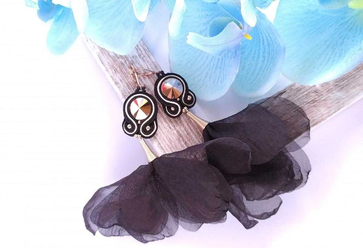 Czarne kolczyki sutasz z kryształkiem Swarovski i kwiatkami