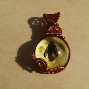Pszczoła Miodna - zawieszka z żywicy i miedzi