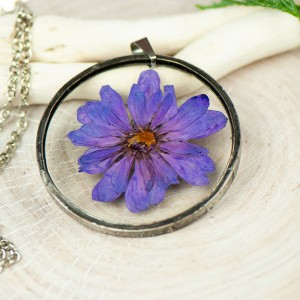 Naszyjnik z kwiatów w cynowej ramce z436