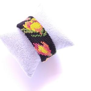 Czarna bransoletka w kwiaty