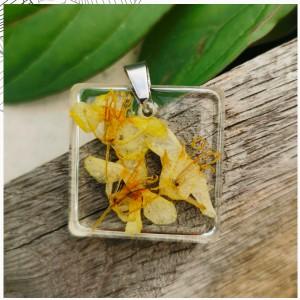 Kwadratowy wisiorek z żółtymi kwiatami zatopionymi w żywicy k69