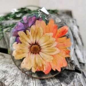 Naszyjnik z prawdziwymi kwiatami zatopionymi w żywicy z121