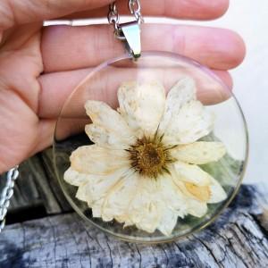 Naszyjnik z prawdziwymi kwiatami zatopionymi w żywicy z186