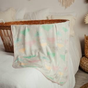 Otulacz bambusowy z lamówką- chmurki różowe na białym tle