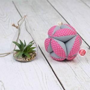 Piłeczka puzzlowa Takane Montessori – białe kropeczki na różowym + szary