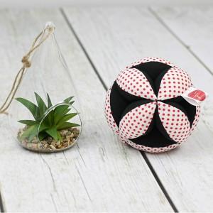 Piłeczka puzzlowa Takane Montessori – czerwone kropeczki na białym tle + czarny