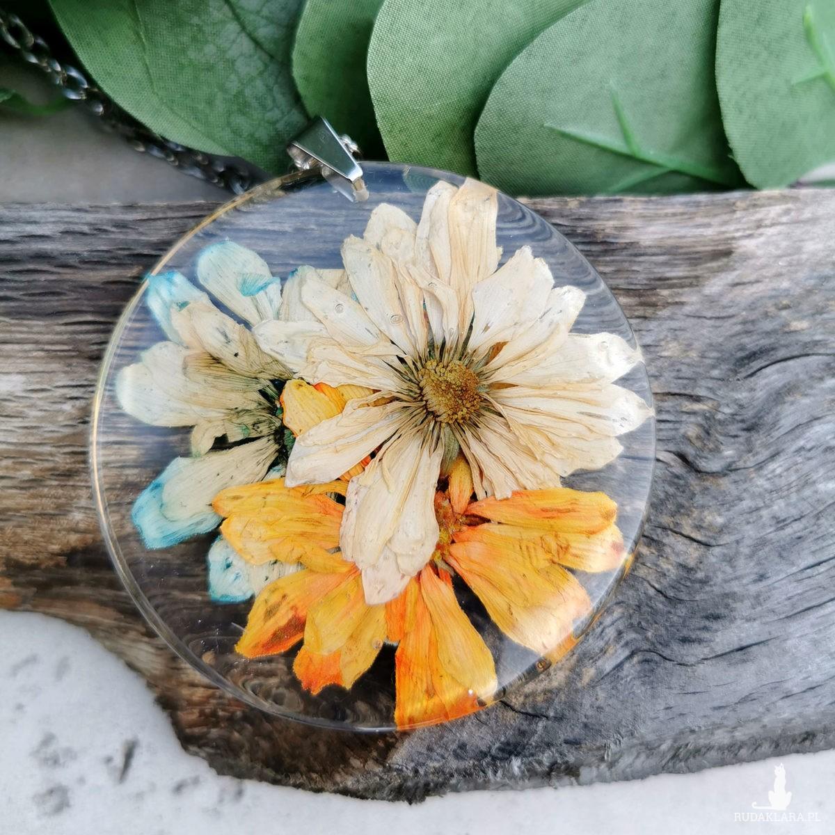 Naszyjnik z prawdziwymi kwiatami zatopionymi w żywicy z273