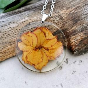Naszyjnik z prawdziwymi kwiatami zatopionymi w żywicy z300