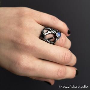 Czarna rzeźba – pierścień z kamieniem księżycowym. NA ZAMÓWIENIE