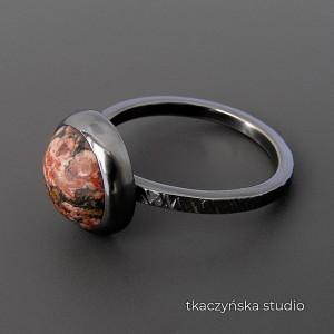 Kolor i tekstura – pierścionek z jaspisem. Rozmiar 18.