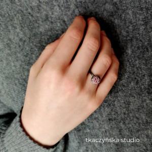 Kolor i tekstura – pierścionek z różową lawą. Rozmiar 14.