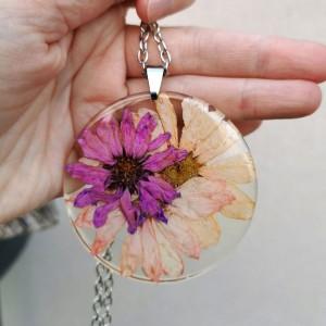 Naszyjnik z prawdziwymi kwiatami zatopionymi w żywicy z432
