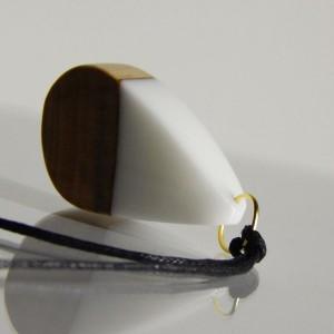 Biały wisiorek z żywicy (2509203)
