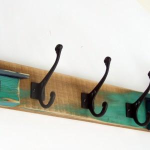 Drewniany wieszak na ubrania z domkami - 3 mocne podwójne haki